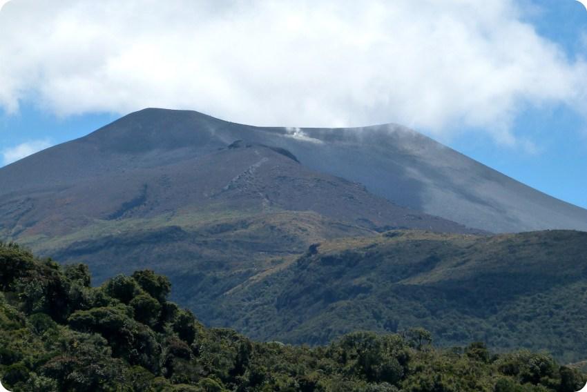 zoom sobre el volcan puracé y las fumarolas