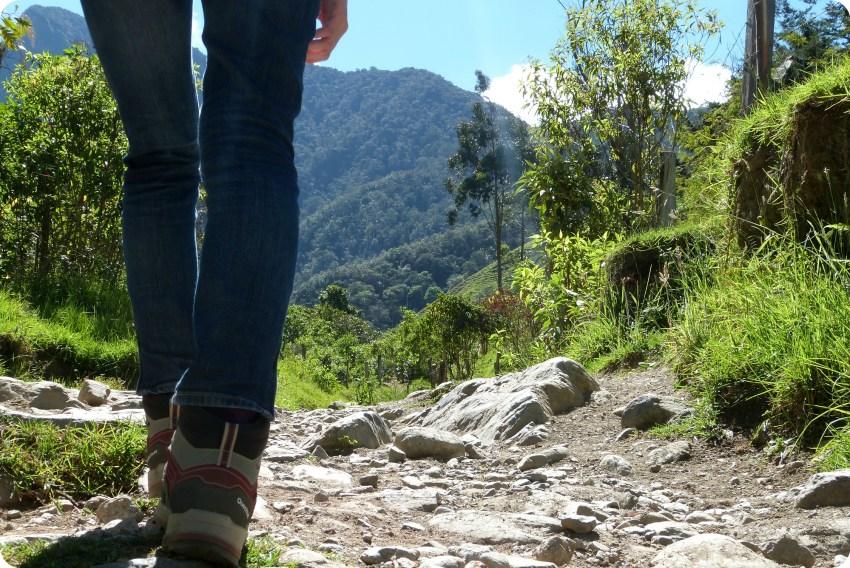 chaussures Quechua de Charlène sur le chemin de la vallée de Cocora