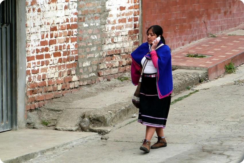 mujer guambiano con su telefono en una calle de silvia