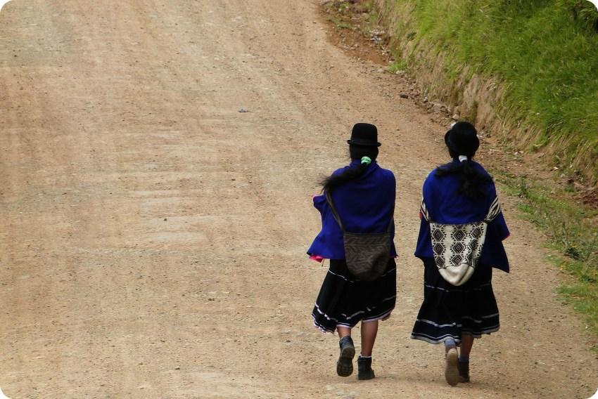 femmes guambiano sur un chemin à silvia