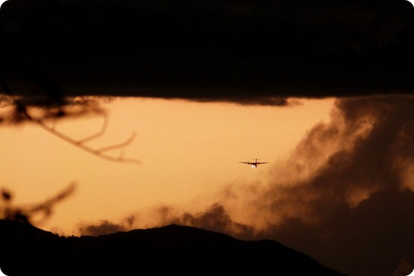 Avion dans le ciel durant le coucher de soleil sur Popayán depuis le Morro del Tulcán