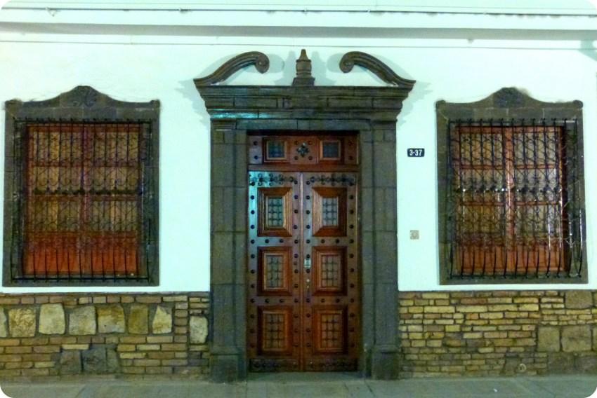 puerta marrón en las calles de Popayán