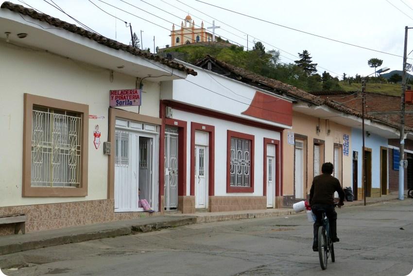 rue de silvia avec une vue vers l'église de belen