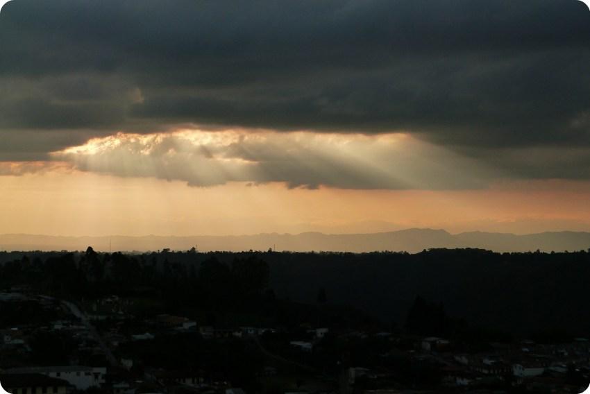 Rayos del sol a traves de una nube gris encima de Salento