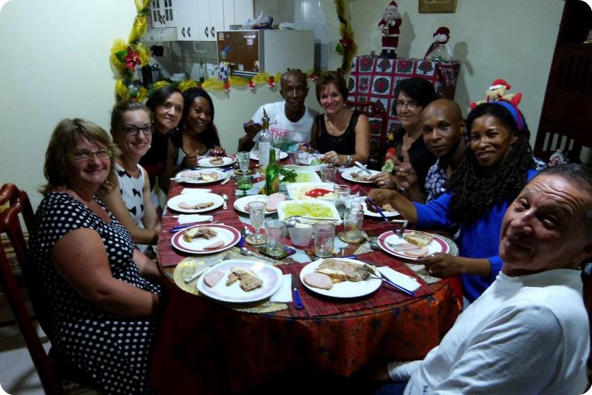 Toute la famille à table durant le repas de Noël