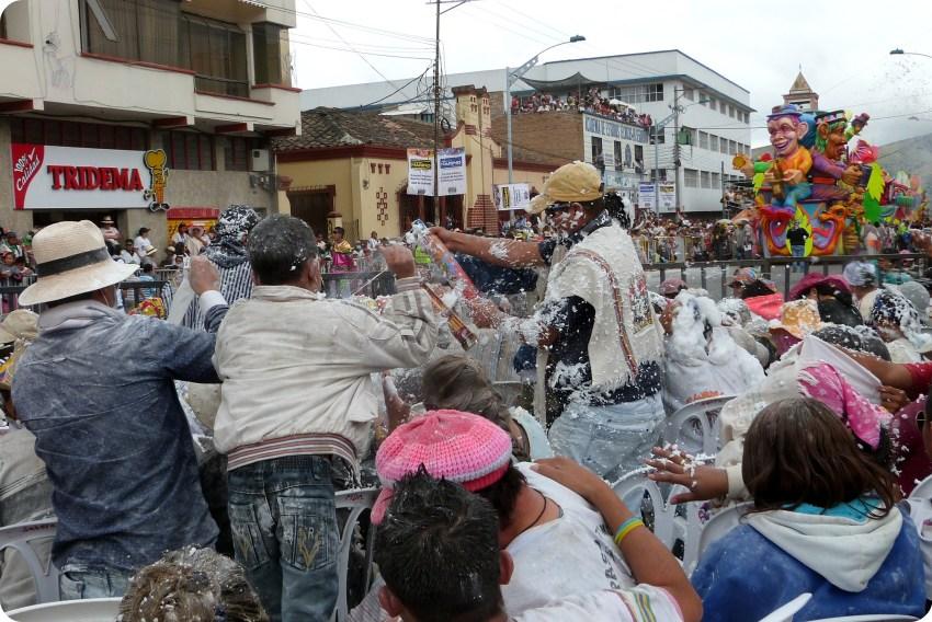 batalla de carioca en el público del carnaval de Pasto