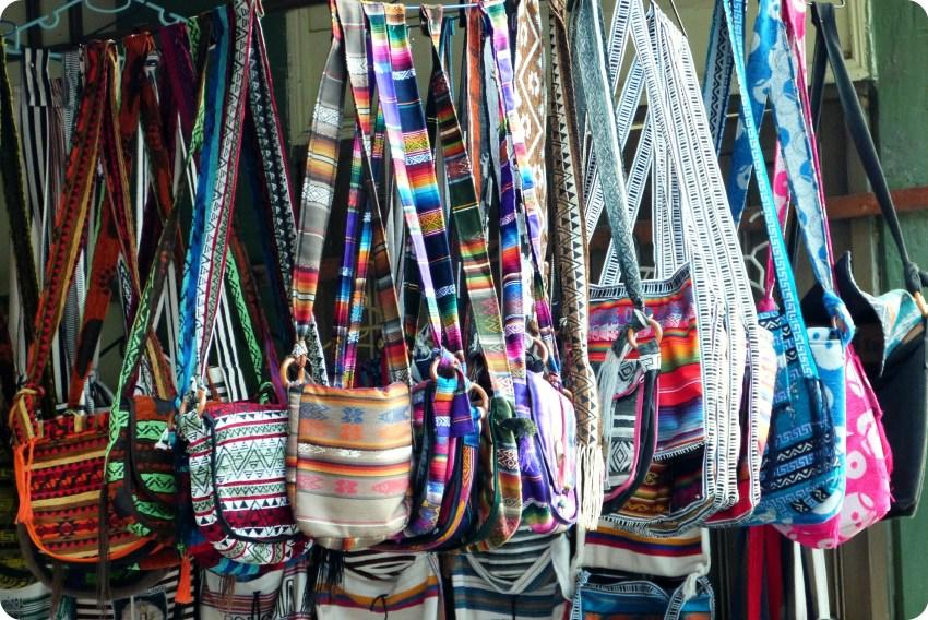 sacs dans une boutique de souvenirs du Santuario de las Lajas de Ipiales