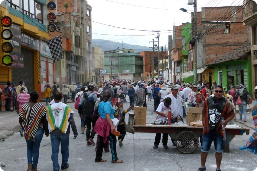 público del carnaval en una calle de Pasto