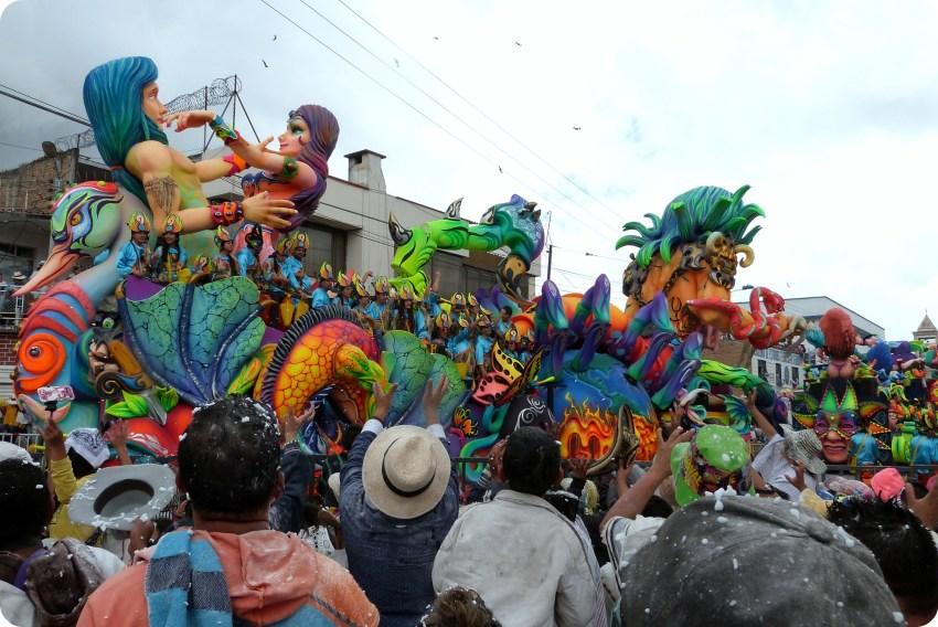 carro tirando caramelos al público del carnaval de Pasto