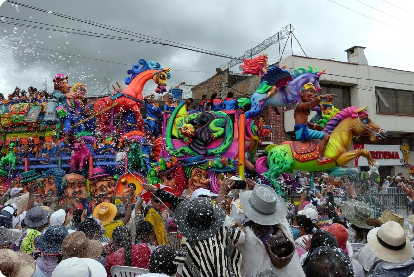 carro con espuma de carioca en el carnaval de Pasto