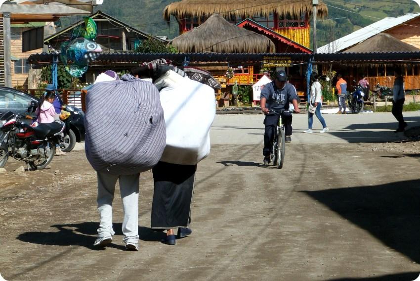 commerçant équatoriens portant une charge à la lagune de la Cocha à Pasto