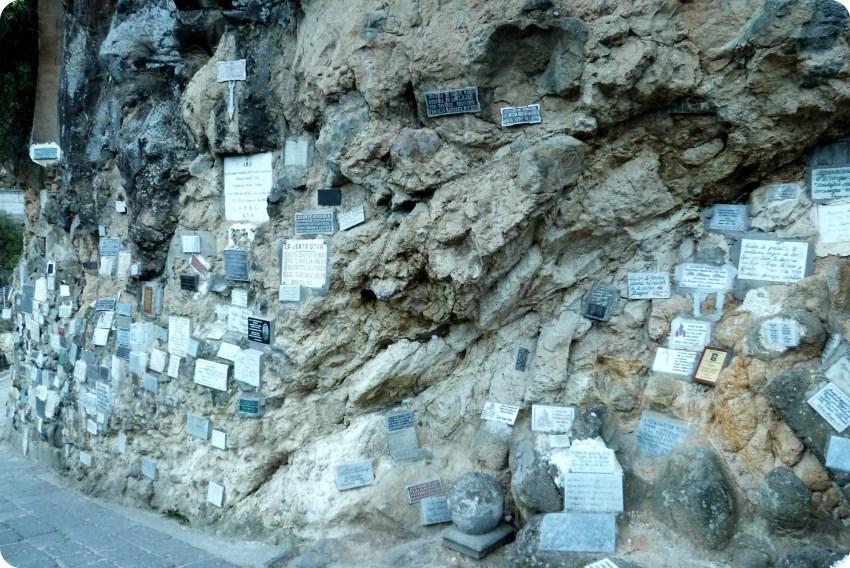 epitafios en un muro en el Santuario de las Lajas de Ipiales