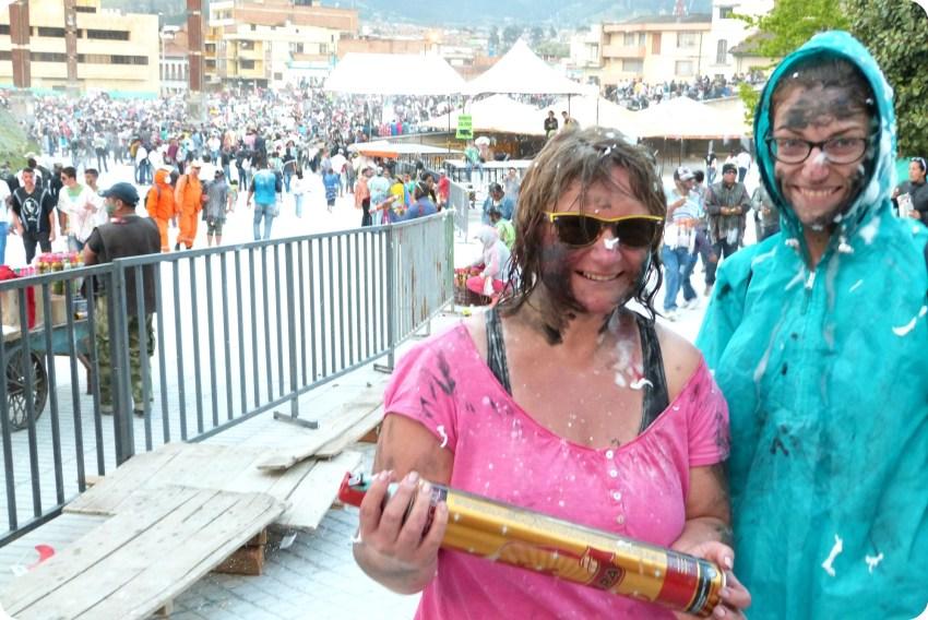Mi mamá y yo sucias de pintura negra al final del día durante el Carnaval de Pasto
