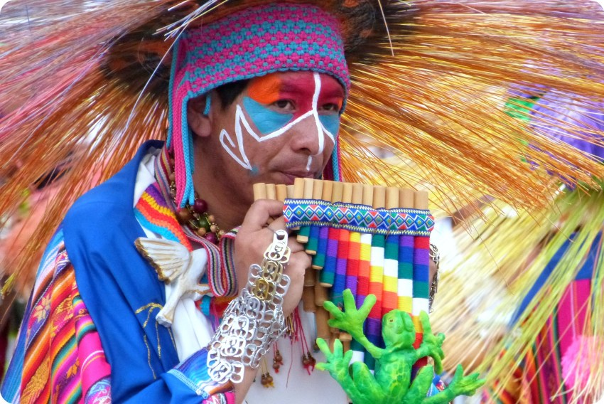 homme avec une flûte de pan au carnaval de Pasto