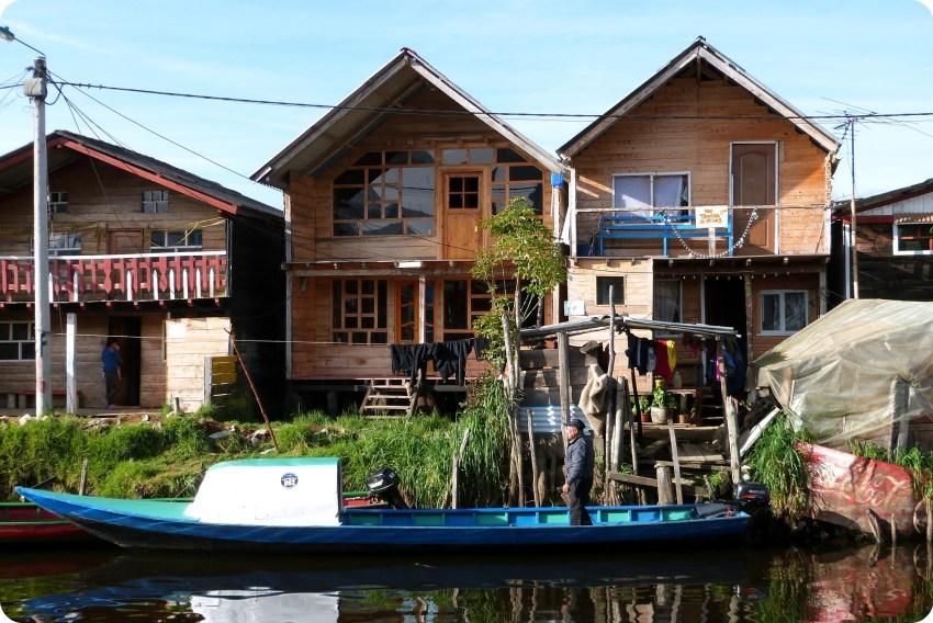 maisons et lanchas à la lagune de la Cocha à Pasto
