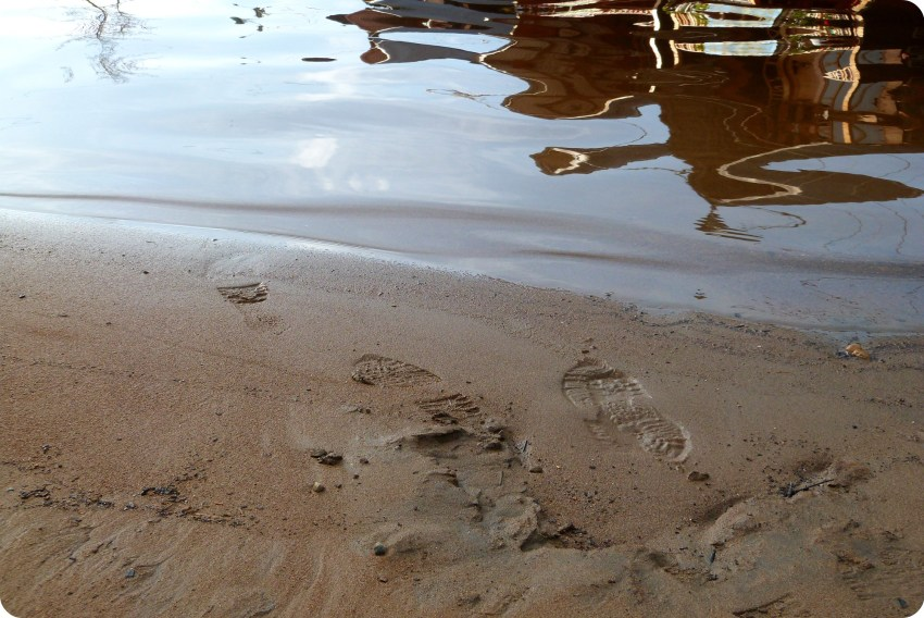 huellas de zapato en la arena en la laguna de la Cocha de Pasto