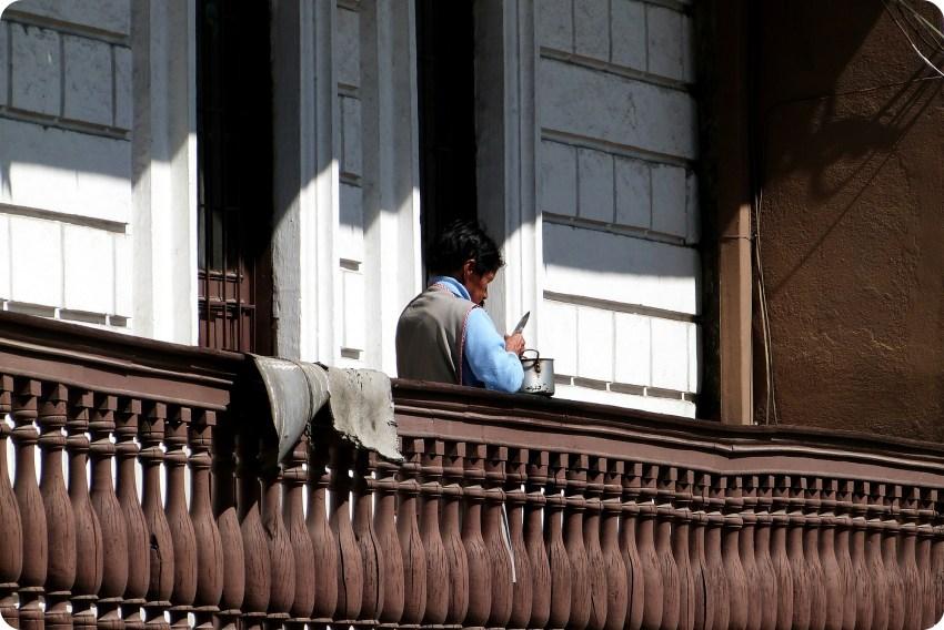 mujer en su balcón pelando papás en Pasto