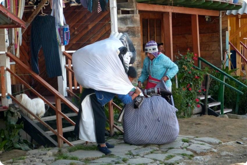 mujeres cargando cargas en la laguna de la Cocha de Pasto