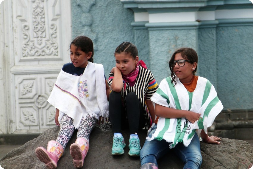 jovenes chicas sentadas en una piedra en Pasto