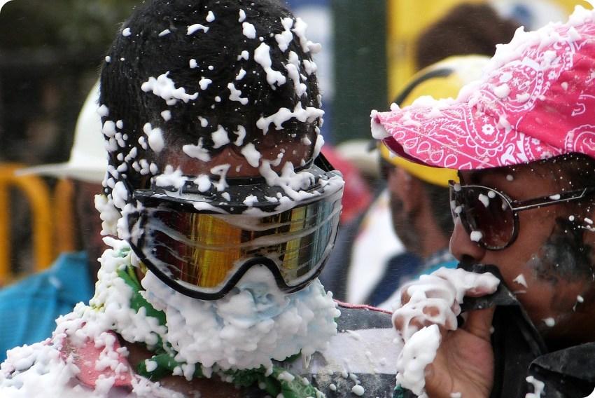 pareja en el carnaval de Pasto con espuma de carioca en la cara