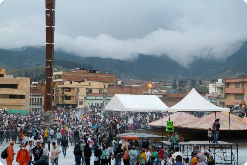 plaza del carnaval en Pasto con la montaña detras durante el carnaval