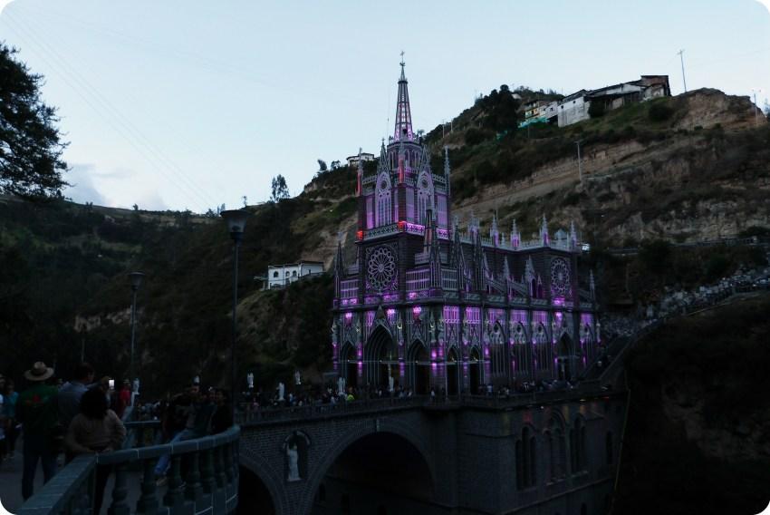El Santuario de las Lajas de Ipiales en morado