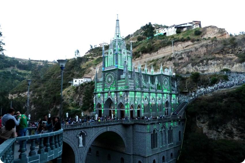 El Santuario de las Lajas de Ipiales en verde
