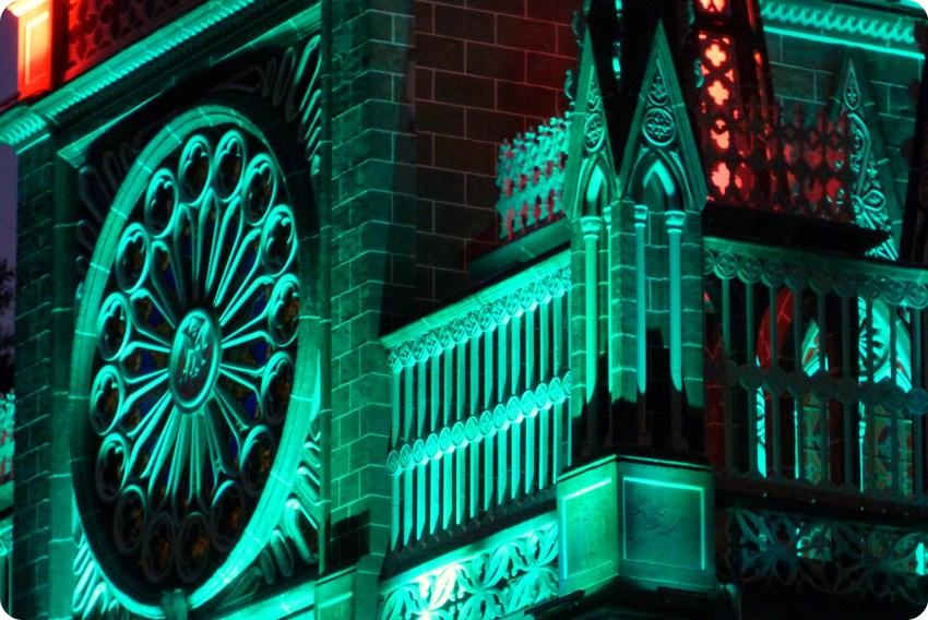 Detalles del Santuario de las Lajas de Ipiales de noche