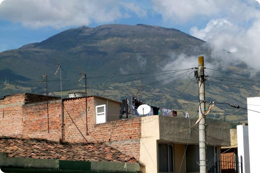 Vue sur le volcan Galeras depuis le centre-ville de Pasto