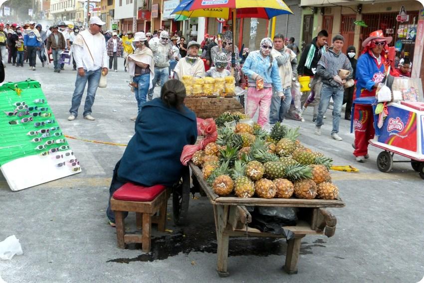 vendeuse d'ananas dans une rue de Pasto pendant le carnaval