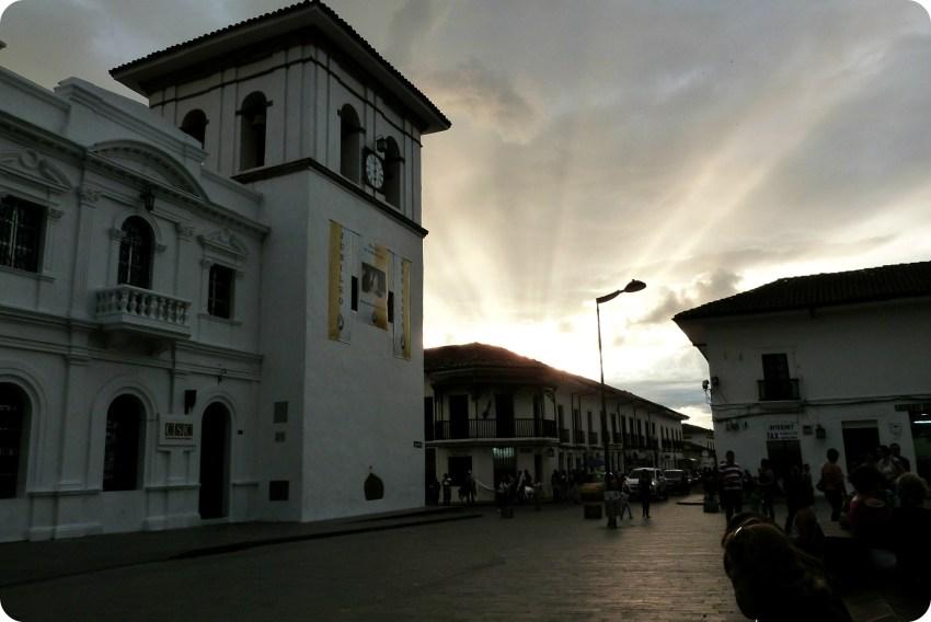 coucher de soleil sur la Tour de l'Horloge sur le Parque Caldas de Popayán