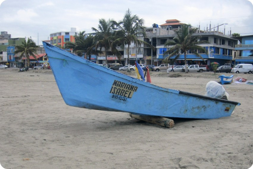 """petit bateau de pêche """"Mariana Isabel"""" sur la plage de Pedernales"""