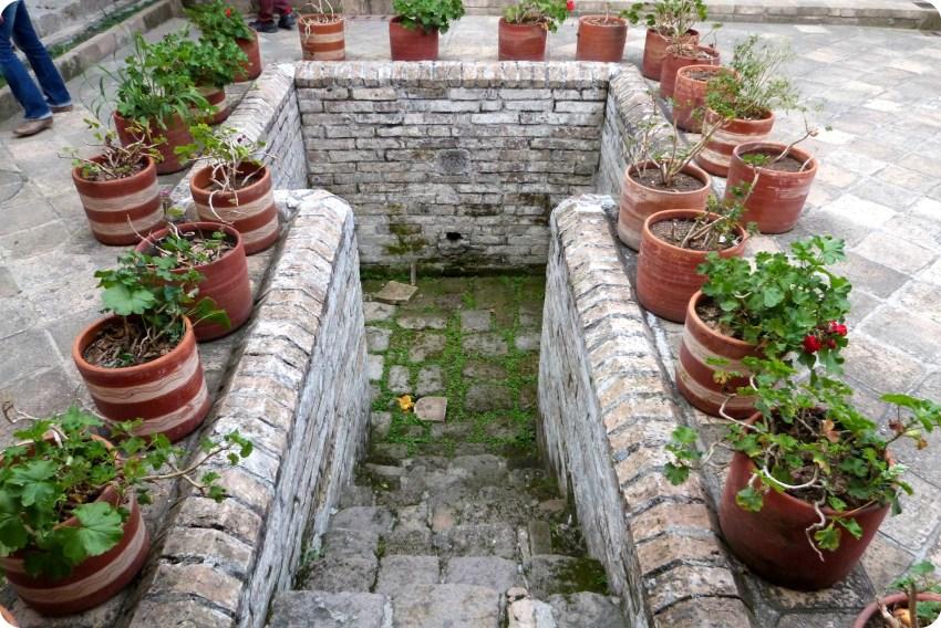 cavidad sirviendo antiguamente de baño en el centro del patio de la casa de la cultura de Popayán