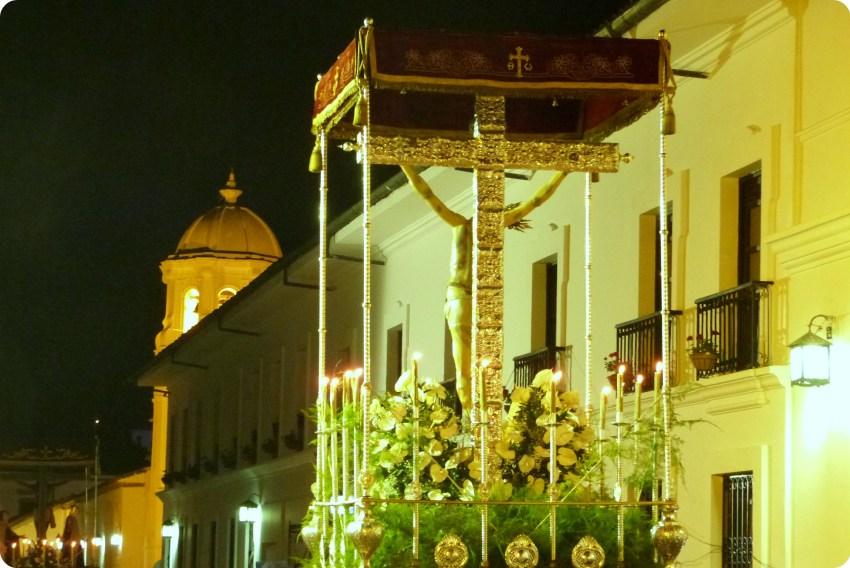 paso de la crucificción de Jesús vista de espalda con una cruz de plata durante el desfile del martes santo durante la Semana Santa de Popayán