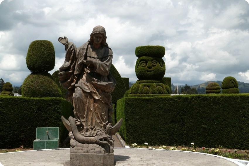 Escultura de la Virgen de Legarda en el cementerio de Tulcán