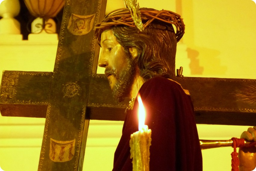 zoom en Jesús cargando la cruz en un paso del desfile del martes santo durante la Semana Santa de Popayán