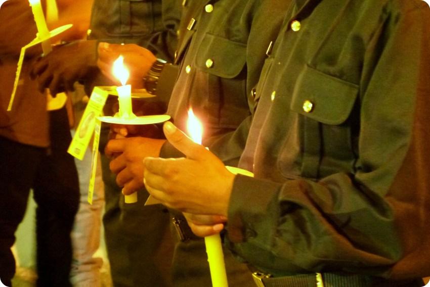 militares con vela en las manos durante el desfile de la Semana Santa de Popayán