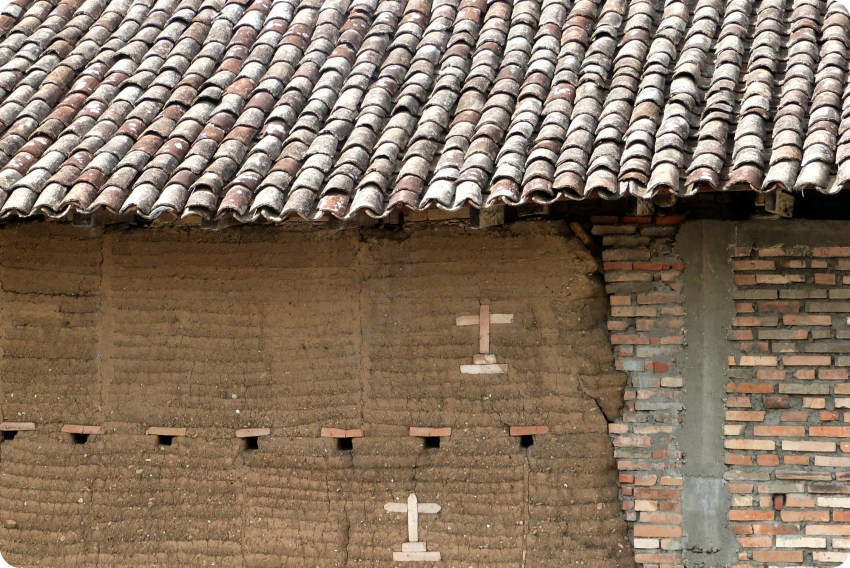 frontière entre 2 murs ancien et nouveau après du musée arquidiocesano de Popayán