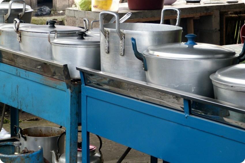 casseroles et marmites à l'air libre dans un restaurant de Santo Domingo de los Colorados