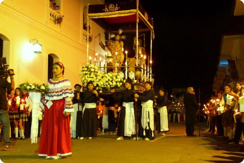 paso con una sahumadora adelante en el desfile del martes santo durante la Semana Santa de Popayán