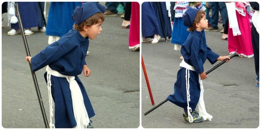 pequeño moquero jugando con su bastón para recuperar la cera de las velas durante la procesión chiquita de la Semana Santa de Popayán
