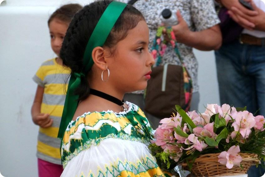pequeña sahumadora vista de perfil durante la procesión chiquita de la Semana Santa de Popayán