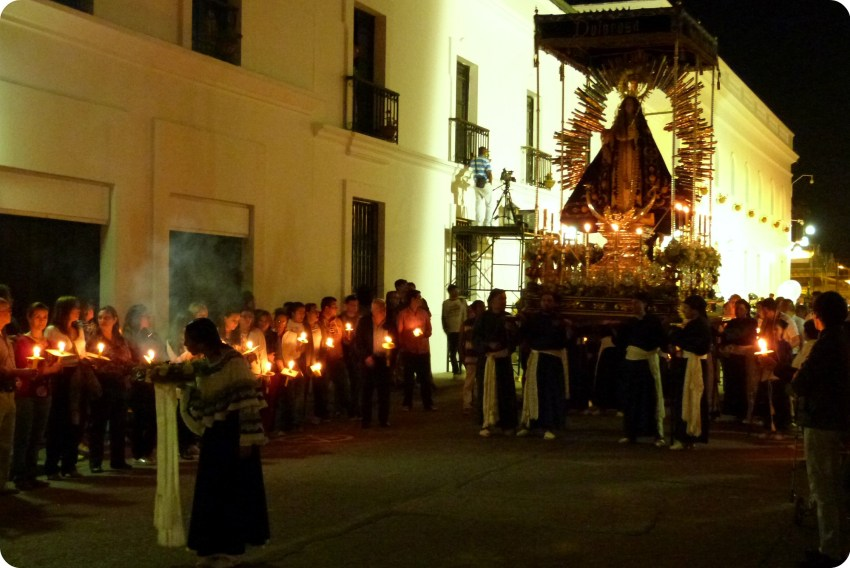 sahumadora delante del paso de la dolorosa durante el desfile del martes santo durante la Semana Santa de Popayán