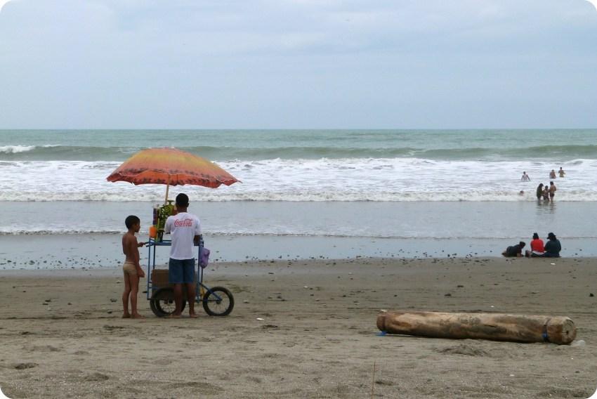 vendeur de raspao sur la plage de Pedernales
