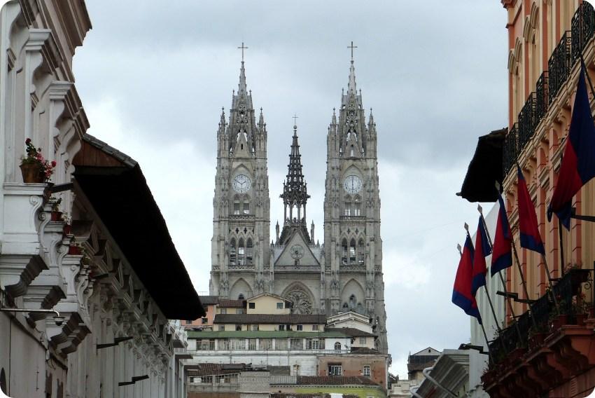 Basílica del Voto Nacional vista desde el centro de Quito
