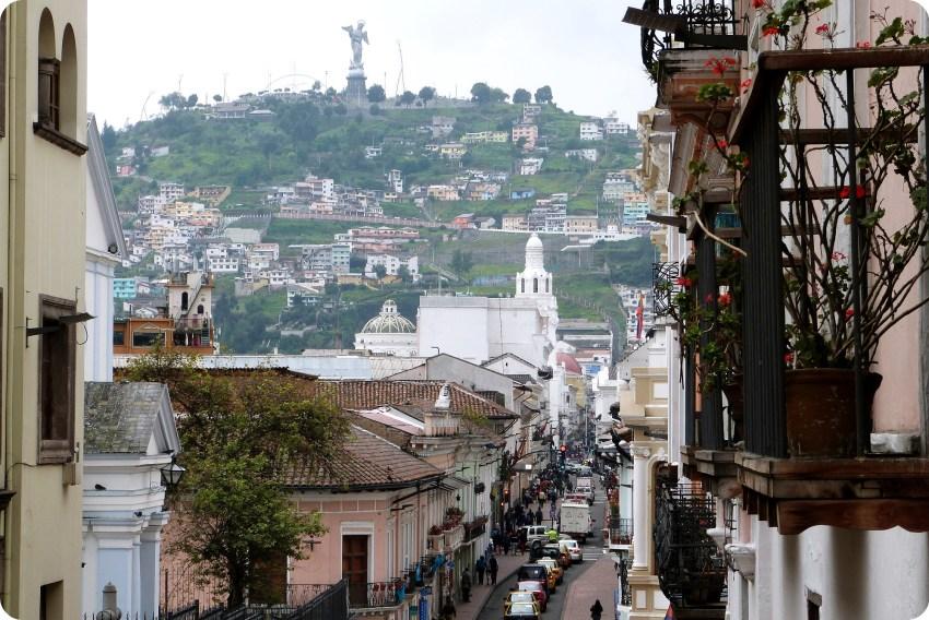 rue du centre-ville de Quito avec une vue sur le Panecillo