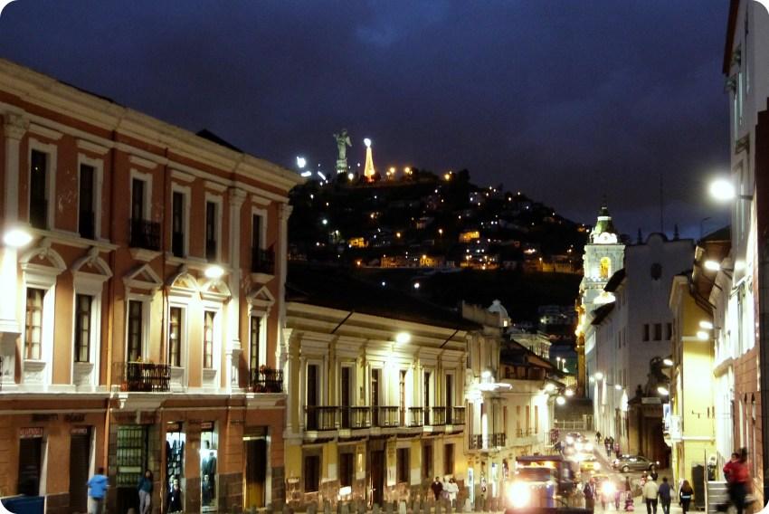 La Virgen de Quito vue depuis le centre-ville de Quito de nuit