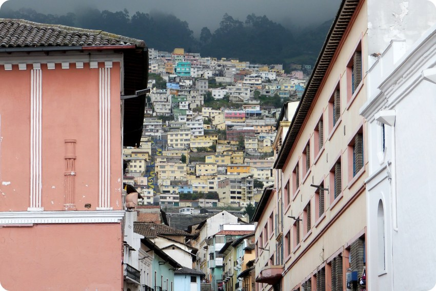 casas pintadas de todos los colores en las alturas de Quito