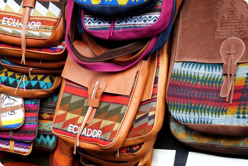 Bolsos de Ecuador vendidos en el Mercado artesanal de la Mariscal de Quito