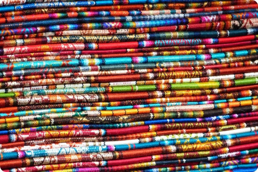 Ponchos plegados en el Mercado artesanal de la Mariscal de Quito